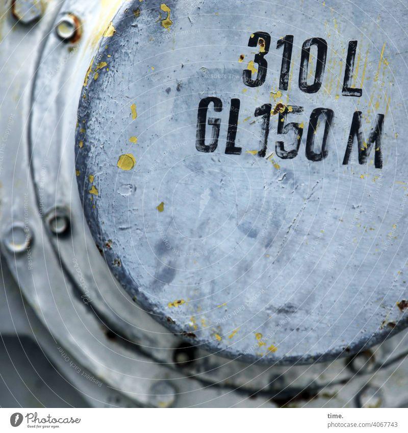 F60 Insiderinfo klappe behälter zahl buchstabe metall deckel verschraubt trashig alt historisch pipeline versorgungsleitung endstück sicherheit schutz farbfleck
