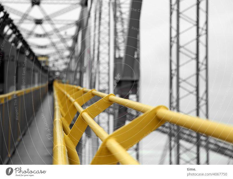F60 Gangway Bergwerk Tagebau metall gerüst eisen rohre linien fluchten gelb grau gang weg hoch tiefenschärfe streben architektur sicherheit schutz geschichte