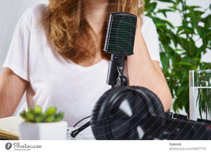 Podcast-Konzept. Frau nimmt Online-Kurs auf Mikrofon Kopfhörer Arbeitsplatz Audio Radio online Technik & Technologie Draufsicht Keyboard abgelegen Bildung