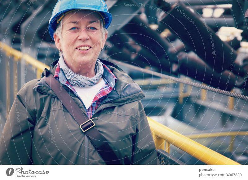 vornamen | wilhelma Schutzhelm blau Blauhelm Frau Spreewald lachen fröhlich lächeln Arbeit Porträt Baustelle Helm Arbeitsbekleidung Arbeitsschutz