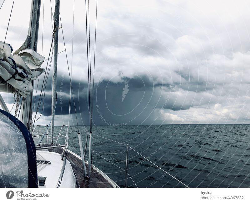 Auf offenem Meer ins Gewitter segeln - es gibt ordentlich Regen Segeln Segelboot Yacht Jacht Ostsee Wolken Wolkenbruch Gewitterwolken Regenschauer Regenguss