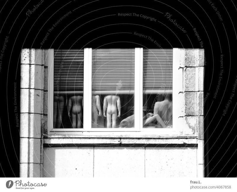 Kein guter Blick Fenster Kaufhaus Schaufensterpuppen ausrangiert alt Lager nackt Haus