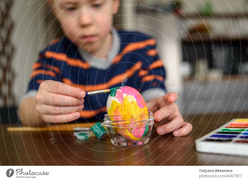 Junge Färbung Osterei Ostern Ei Kind Dekoration & Verzierung Farbe Farbstoff Malerei heimwärts Bürste Feiertag Frühling im Innenbereich Tradition Spaß Kindheit
