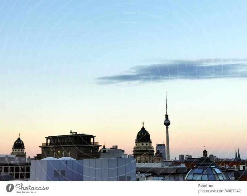 Berlin im beginnenden Sonnenuntergang von oben mit Blick in Richtung Fernsehturm. Berliner Fernsehturm Alexanderplatz Turm Wahrzeichen Himmel Hauptstadt