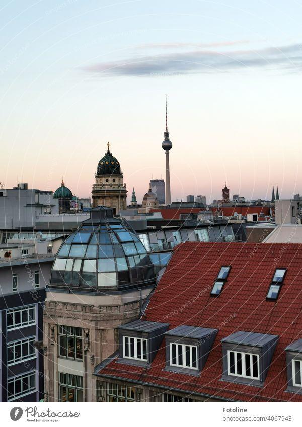 Berlin im beginnenden Sonnenuntergang von oben mit Blick in Richtung Fernsehturm. II Berliner Fernsehturm Alexanderplatz Turm Wahrzeichen Himmel Hauptstadt