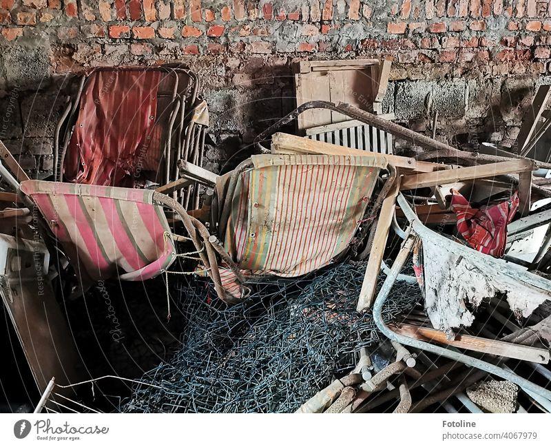 Lost - alte Liegestühle stapeln sich in einem lange verlassenen Freibad irgendwo im Nirgendwo. Lost Place lost place Verfall Vergangenheit Vergänglichkeit