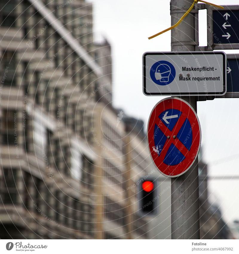 Neu im Schilderdschungel: Maskenpflicht-Schilder Hinweisschild Schilder & Markierungen Menschenleer Schriftzeichen Warnschild Außenaufnahme Zeichen Farbfoto