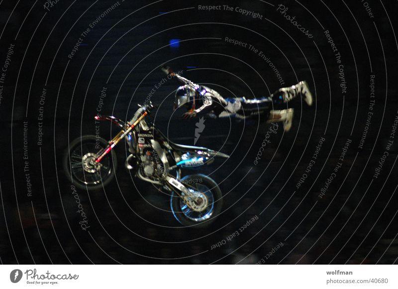 Überflieger Motorrad Freestyle Superman Akrobatik Schanze Extremsport Motocrossmotorrad