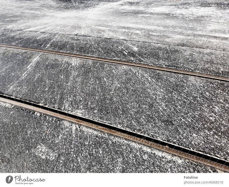 Splash in weiß und grau II Straße splash Außenaufnahme Farbbombe Explosion Fahrbahn Straßenbahnschienen Schienen Schienenverkehr Spritzer Schwarzweißfoto