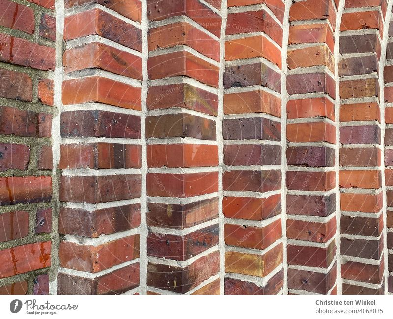 Detailaufnahme eines gemauertes Kirchenportals aus roten und braunen Backsteinen Mauer Fassade Wand Klinker Backsteinwand Fugen Bauwerk Gebäude