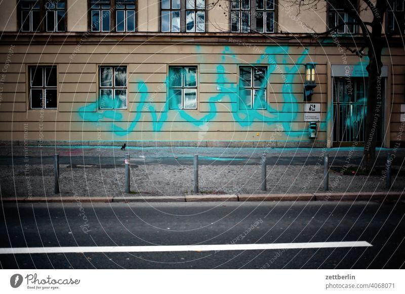 Beschmierte Fassade (unleserlich) aussage botschaft farbe gesprayt grafitti grafitto illustration kunst mauer message nachricht parole politik sachbeschädigung
