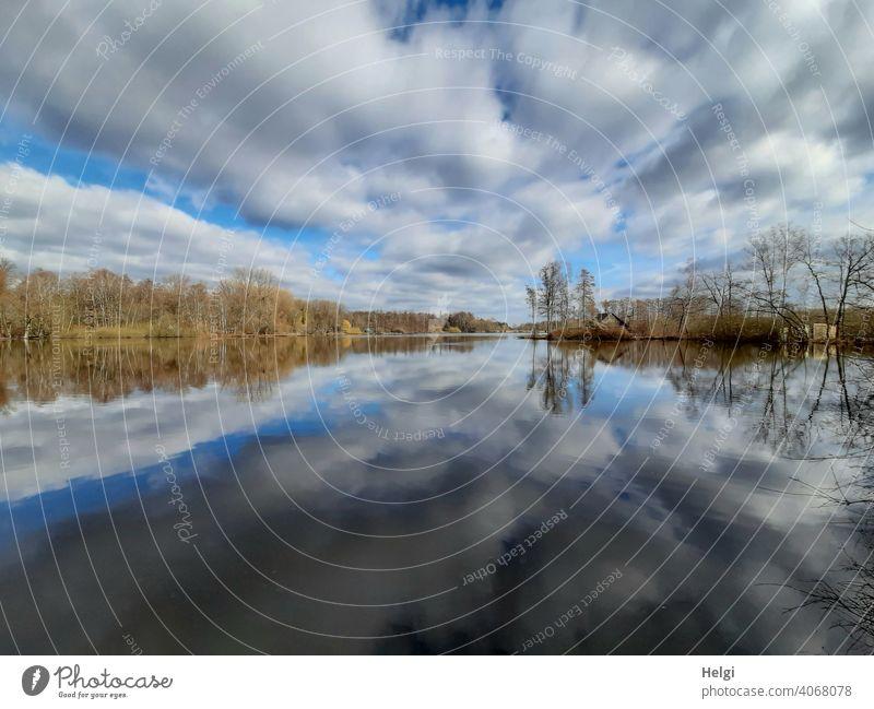 Wolkendramatik und Seeufer mit Spiegelung im Moorsee Hücker Moor Himmel Dramatik Bäume Hütte Natur Landschaft Weitwinkel Wasser Außenaufnahme