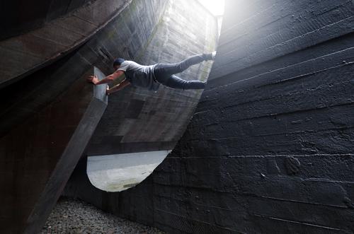 hamsterrad urban Klettern Beton festhalten grau rund Architektur rundung Bogen Parcours Licht Gebäude Strukturen & Formen Farbfoto Linie weiß Außenaufnahme