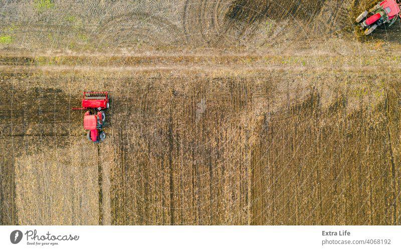 Oben Draufsicht Schuss von drei Traktoren, sie ziehen Maschinen, über Ackerfeld, Vorbereitung Boden für neue Ernte oben Antenne landwirtschaftlich Ackerbau
