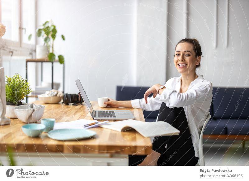 Junge Freiberuflerin arbeitet im Loft-Büro Jahrtausende Schüler Hipster im Innenbereich Fenster natürlich Mädchen Erwachsener eine attraktiv gelungen Menschen