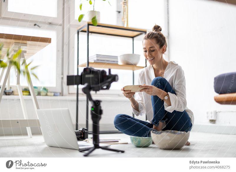 Weibliche Vloggerin macht Social-Media-Video über ihre Töpferei Laptop Internet online Computer Technik & Technologie Werkstatt Einzelhändlerin Einzelhandel