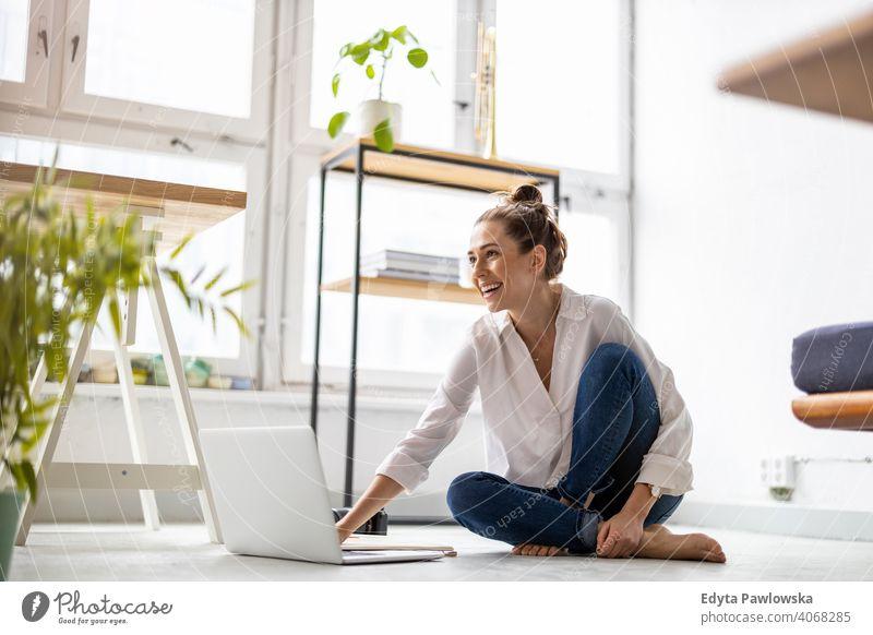 Junge Frau, die in einem kreativen Start-up-Unternehmen arbeitet Jahrtausende Schüler Hipster im Innenbereich Loft Fenster natürlich Mädchen Erwachsener