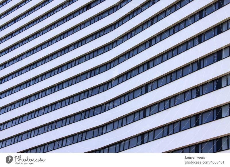 Knick in der Architektur eines Hochhauses - es war einmal in Bonn Außenaufnahme Gebäude Menschenleer Bauwerk Fassade Stadt Linien Moderne Architektur Fenster