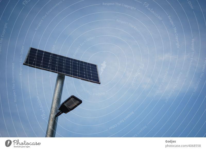 Solarbetriebene Straßenbeleuchtung vor neutralen blauen Himmel mit Schleierwolken| Klima - konform Straßenlaterne Solaranlage solarbetrieben lampe