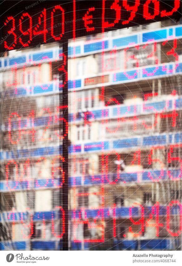 Unscharfer Hintergrund mit Reflexionen und unscharfen Zahlen abstrakt Anzeige alary Bank blau Unschärfe verschwommen Holzplatte Wandel & Veränderung farbenfroh