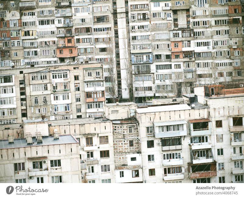 Gekipptes Bild von mehrstöckigen Wohngebäuden Hintergrund. Wohnblöcke, die in der Sowjetzeit gebaut wurden. gealtert Appartement Architektur Balkon Klotz