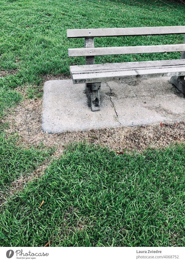 Setzen wir uns auf die Bank und reden Holzbank Alte Bank Parkbank Sitzgelegenheit Bank im Park Gras Pause hinsetzen Erholung Windstille sitzen Natur Sommer grün