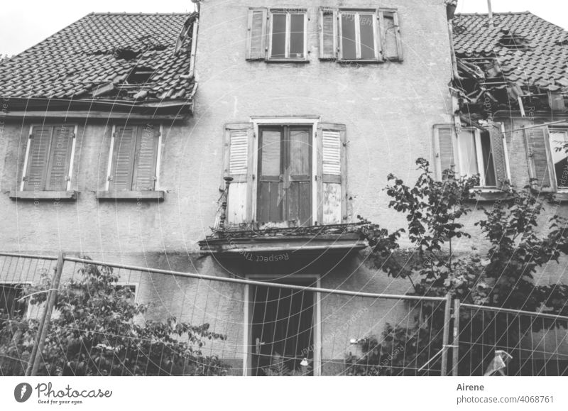 kurz vor dem Zusammenbruch Haus Verfall kaputt alt Fassade traurig Abriss Abrissgebäude Vernachlässigung menschenleer trist verfallen dunkel Wand Mauer Gebäude