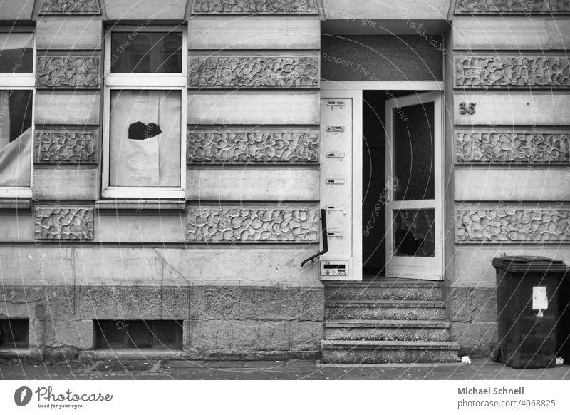 trostlos und verlassen Haus Verlassenes Haus lost places Eingang Eingangstür alt Menschenleer Gebäude Architektur Bauwerk Verfall Vergangenheit Schwarzweißfoto