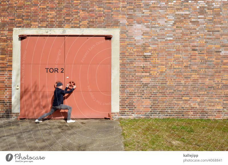 zonck Tor Tür Griff drehen öffnen schließen Schloss Eingang alt geschlossen Farbfoto Mann Mensch Eisentor Lagerhalle Wirtschaft geschlossene Tür Lockdown