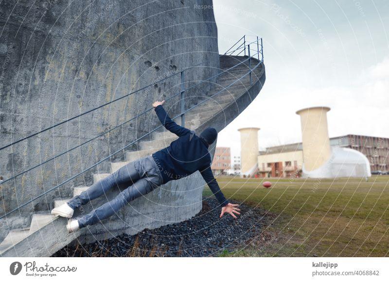flugversuche am trudelturm Mann fliegen Adlershof Trudelturm Treppe Wendeltreppe Beton Betonwand Klettern festhalten Farbfoto Architektur Treppengeländer