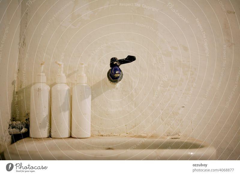 Vintage Waschbecken und Wasserhahn heimwärts modern Innenbereich Becken weiß Bad Design Haus Raum Waschen heimisch Waschtisch im Innenbereich Reichtum stylisch