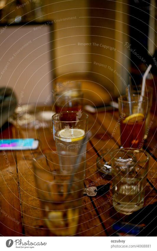 Limonade mit frischer Limette trinken Cocktail Getränk Glas Tee kalt Würfel Saft Zitrone Hintergrund liquide Alkohol gelb braun Frucht süß cool Kalk erfrischend