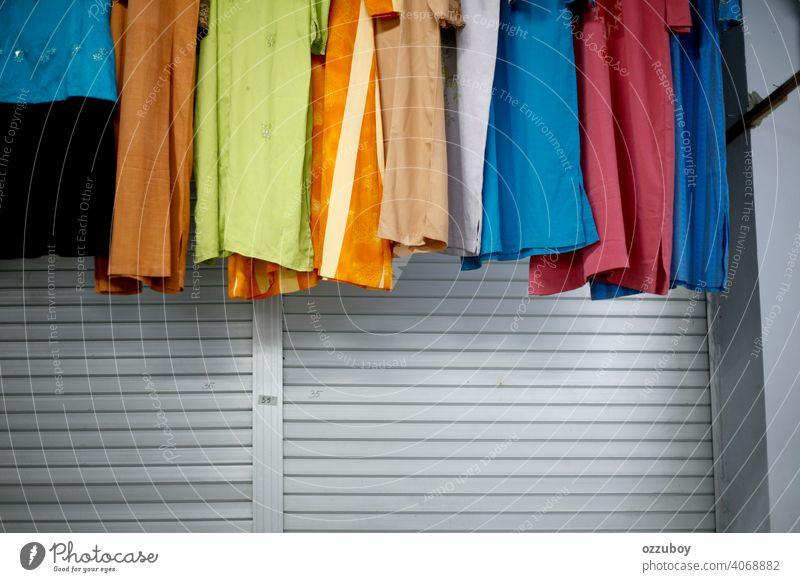 Eine Vielzahl von Freizeitkleidung hängt im Laden Bekleidung Ablage erhängen Hemd Kleidung Mode Werkstatt Wahl Kleiderschrank Frau Stil Einzelhandel Sale Textil