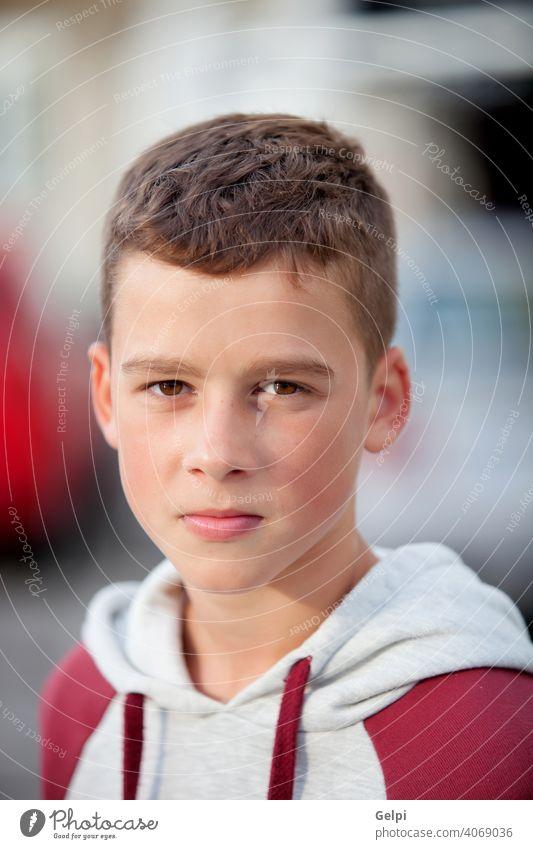 Gutaussehender Teenager-Junge mit Blick auf die Kamera jung männlich Jugend Porträt Kaukasier Glück Person gutaussehend attraktiv heiter Lächeln Lifestyle
