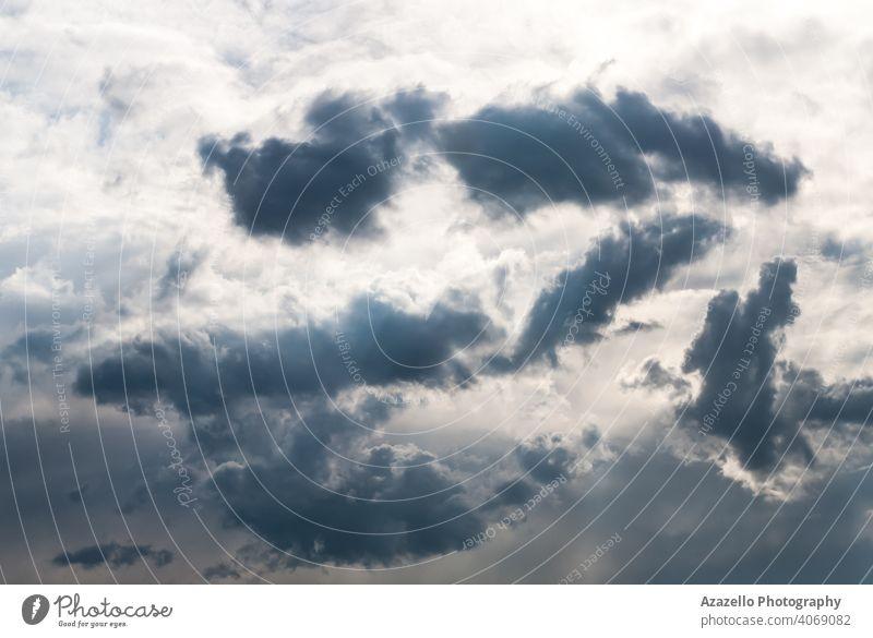 Abendhimmel mit schwarzen Wolken von ungewöhnlicher Form. Klima Stimmung Desaster kumulonimbus Stimmungsbild turbulent Umwelt Ehrfurcht Tag niemand fluffig