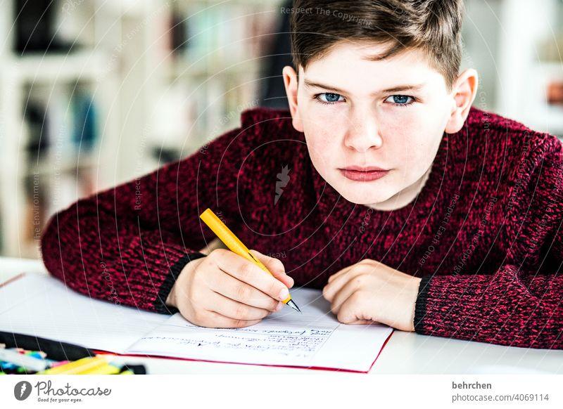 homeschooling | wochenstart Stift Füller Coronavirus genervt frech coronavirus Farbfoto Innenaufnahme nachdenken blaue augen Nahaufnahme Kind Junge Licht