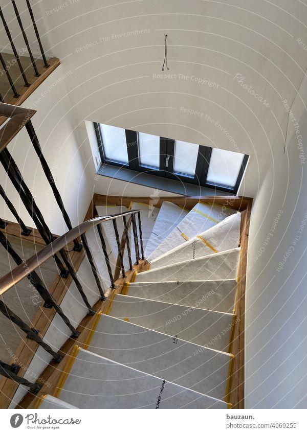 treppe mittendrin. Treppe Holztreppe Menschenleer Farbfoto Tag Innenaufnahme Haus Geländer Treppengeländer Treppenhaus aufsteigen abwärts Abstieg Wohnhaus