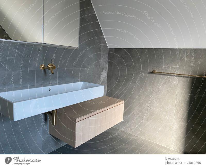 badezimmer. Badezimmer Waschbecken Fliesen u. Kacheln Sauberkeit Innenaufnahme Häusliches Leben Wasserhahn Farbfoto Wand Innenarchitektur Wohnung Menschenleer