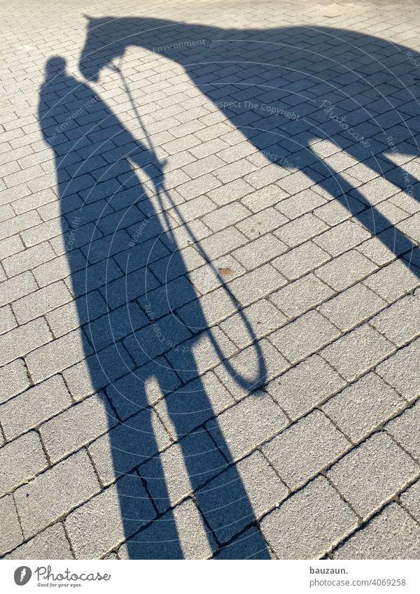 sonnenfoto. Sonnenlicht Schatten Schattenwurf Mensch Frau Pferd Außenaufnahme Schattenspiel Licht Kontrast Farbfoto Silhouette Erwachsene 1 Tag feminin stehen