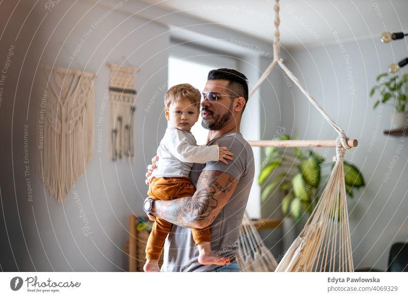 Vater spielt mit seinem kleinen Sohn zu Hause alleinerziehend alleinerziehender Vater Vatertag Vaterschaft zu Hause bleiben Dad Vaterschaftsurlaub