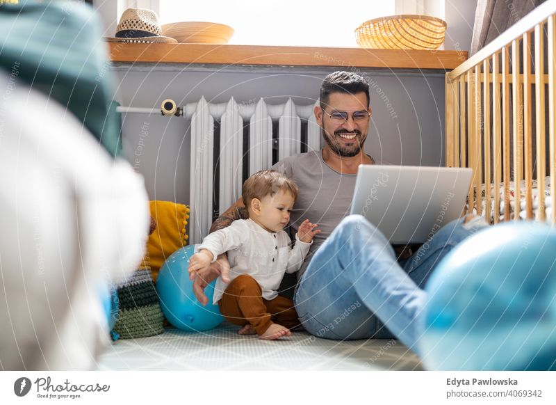 Vater versucht, von zu Hause aus zu arbeiten alleinerziehend alleinerziehender Vater Vatertag Vaterschaft zu Hause bleiben Dad Vaterschaftsurlaub
