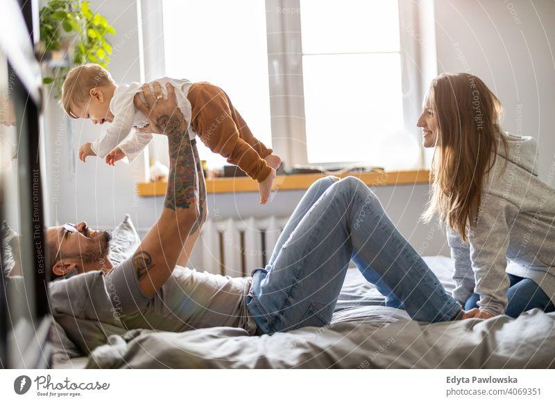Junge Familie hat Spaß zusammen zu Hause Vater Sohn Kind Mädchen bezaubernd Kleinkind Kindererziehung Raum Tochter Appartement gutaussehend Spielen spielerisch