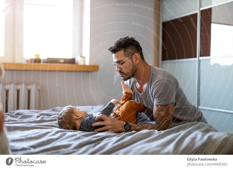 Vater und Baby Sohn haben Spaß zusammen zu Hause alleinerziehend alleinerziehender Vater Vatertag Vaterschaft zu Hause bleiben Dad Vaterschaftsurlaub