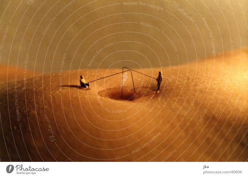 Angler am Nabel der Welt Akt Frau Wasser See lustig Fluss Angeln Bauch Bauchnabel