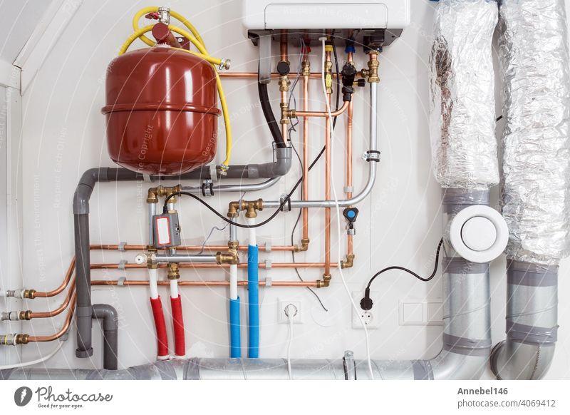 Heizungsinstallation und Zentralheizungskessel an der Wand im Haus Nahaufnahme Heizkessel Wasser Klempnerarbeit System Reparatur Dienst heimwärts Mann Arbeiter