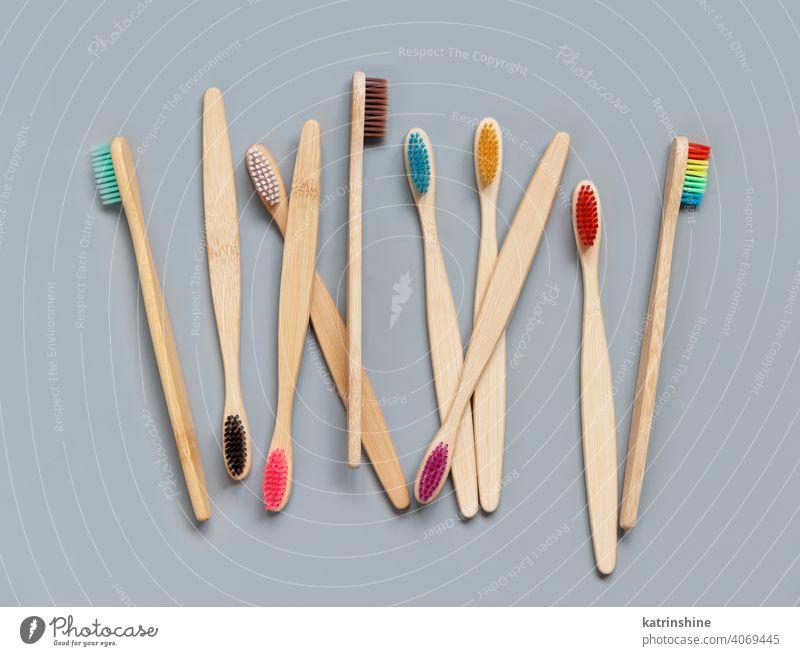 Bambuszahnbürsten auf grauem Hintergrund Zahnbürste Draufsicht hölzern dental Toilettenartikel mündlich natürlich Hygiene niemand alternativ weiß Öko