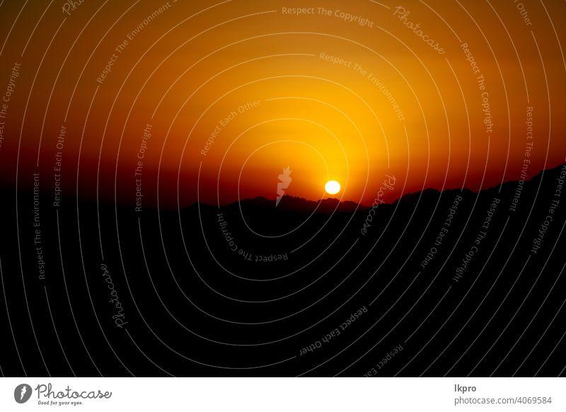 in der Wüste der Sonnenaufgang Panoramaszene und Licht wüst Sonnenuntergang Landschaft Himmel Natur Sand reisen Berge u. Gebirge Horizont trocknen Abenteuer