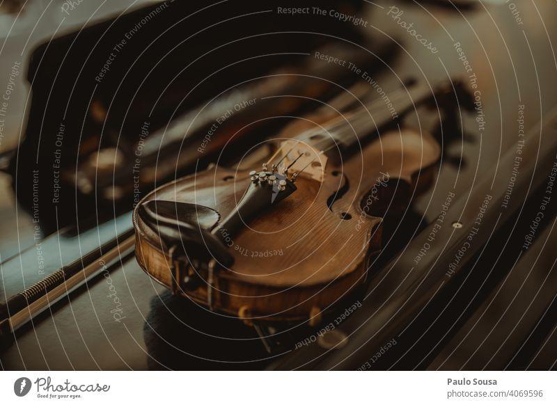 Nahaufnahme Geige auf dem Tisch Musik Musikinstrument Streichinstrumente Saite Klassik Klang Orchester Innenaufnahme Kunst Musiker Detailaufnahme Holz Farbfoto