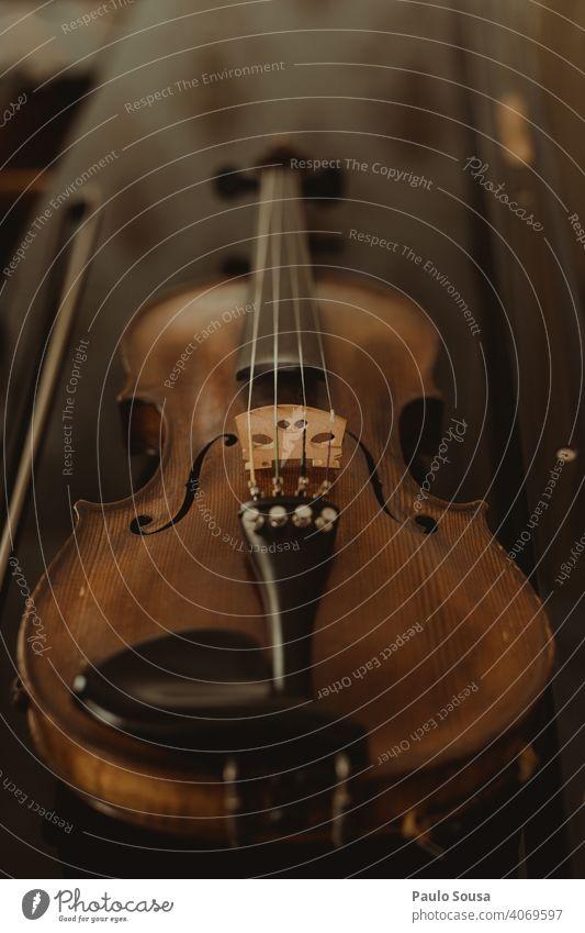 Nahaufnahme Geige auf dem Tisch Schnur Streichinstrumente Musik Musikinstrument Musical Geiger Saite Innenaufnahme Farbfoto Klassik Holz Musiker musizieren