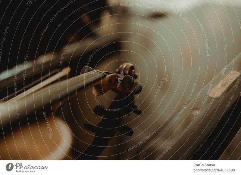 Nahaufnahme Geige auf dem Tisch Geiger Schnur Streichinstrumente Musik Musikinstrument Saite Konzert Orchester Klassik Farbfoto musizieren Musiker Cello Holz